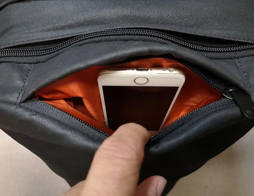 使ってみると便利なのがこの上部ポケット